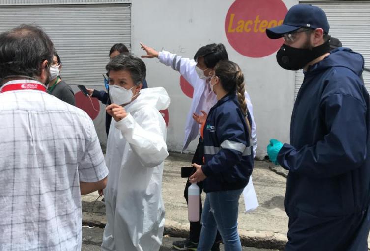 La alcaldesa Claudia López con las autoridades de la localidad de Antonio Nariño