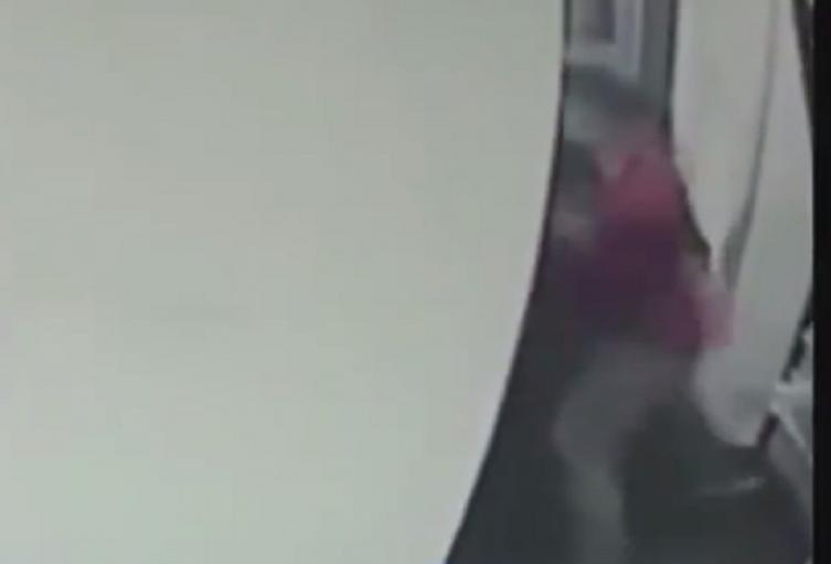Golpean a vigilante en Bogotá