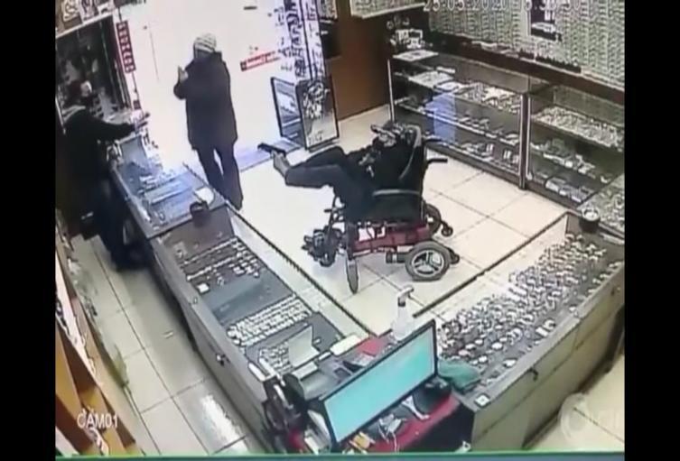 [Video] Ladrón sin brazos y en silla de ruedas asaltó una joyería