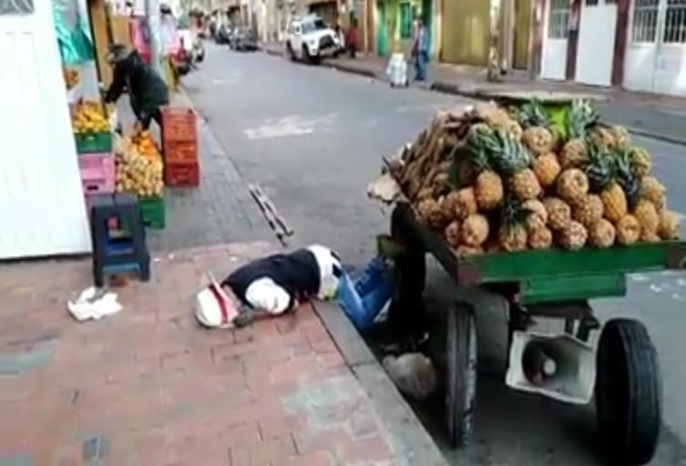 Vendedor de piña asustó a todo un barrio tras desgonzarse y quedar tirado en acera