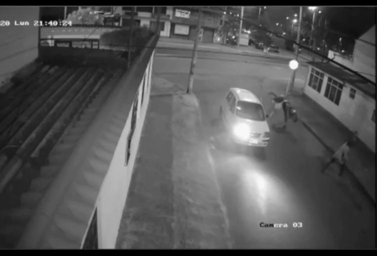 Vídeo del psicólogo karateca que noqueó a los cacos que intentaron robarle costosa cicla en calle de Engativá