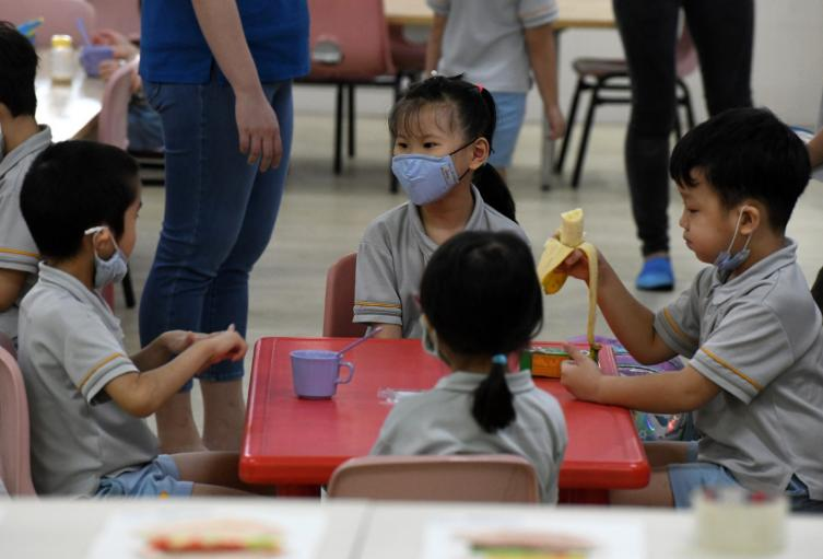 Regreso de niños a colegios / coronavirus en Singapur