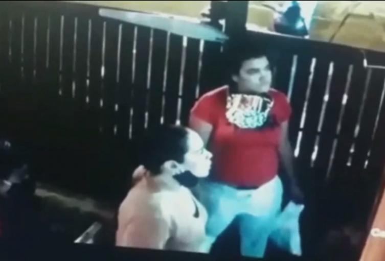 Mujer escupe a guardia de seguridad que le pidió usar tapabocas