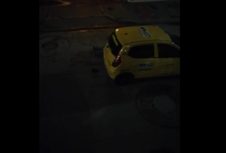 Taxista arrolla a hombre varias veces