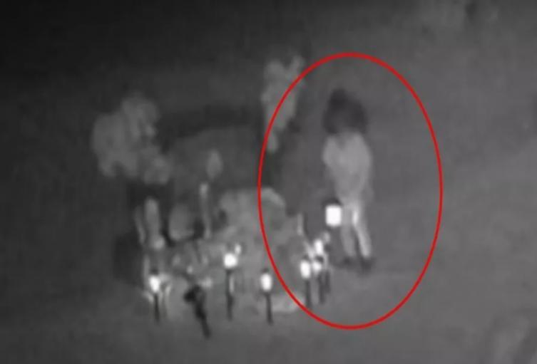 Supuesto fantasma de una niña visita la tumba de un hombre