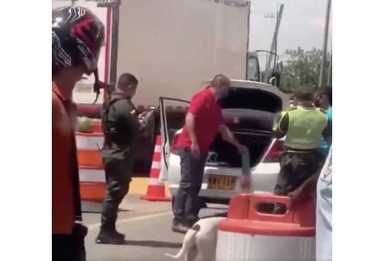 La broma a policías de la mano de un muerto en el baúl del carro