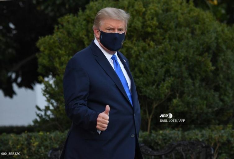 Donald Trump sale caminando de la Casa Blanca