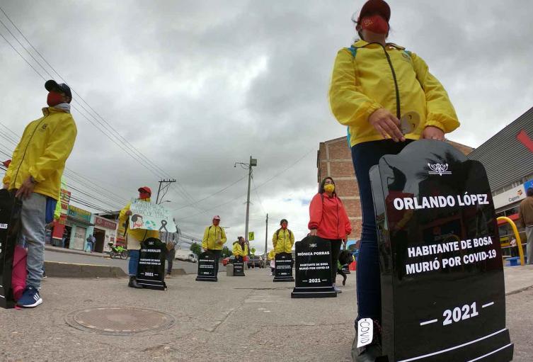 Campaña de sensibilización en Bosa con lapidas por el coronavirus