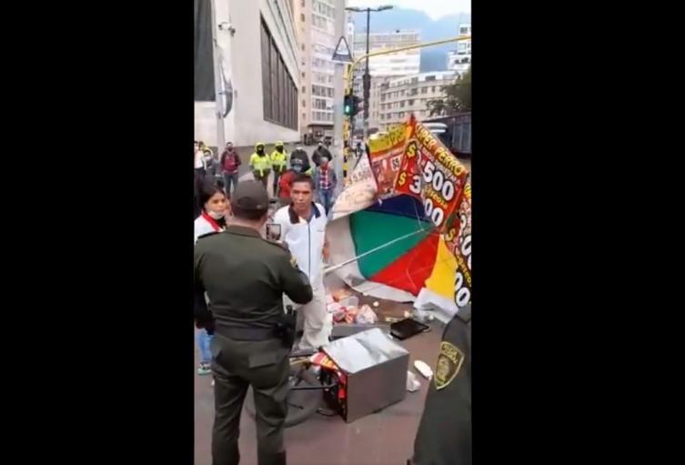 Comerciante discute con policía en el centro de Bogotá