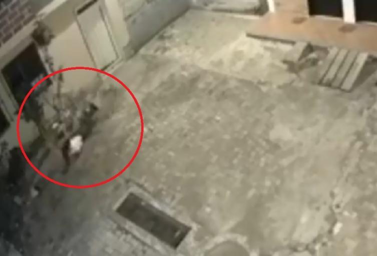 Mujer se lanza desde balcón