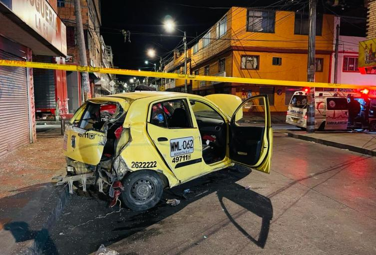 Furgón chocó contra taxi