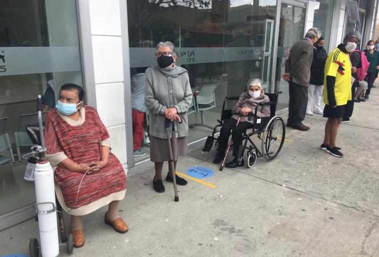 Adultos mayores reciben la vacuna