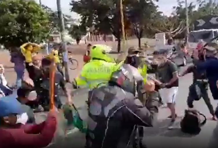 Indígenas golpean a motociclista