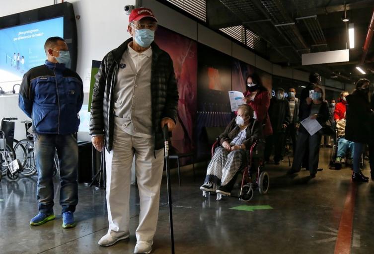 Avanza la vacunación contra covid-19 en Colombia a adultos mayores