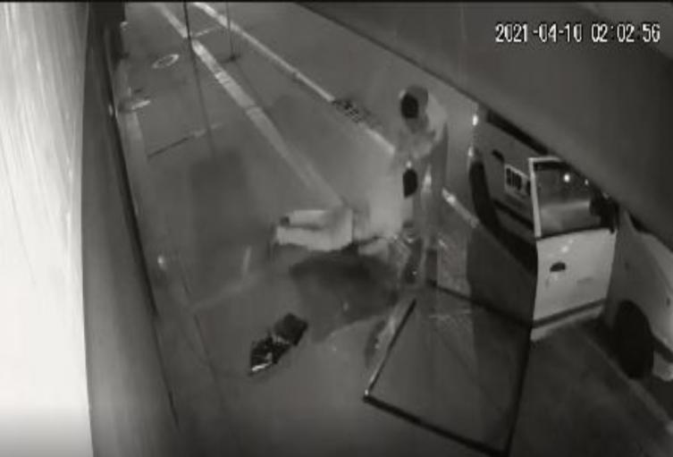 Ladrón se reventó contra el pavimento tras caer desde tercer piso.
