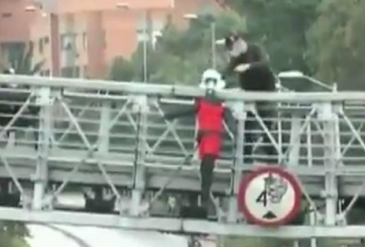 Muñecos en puente