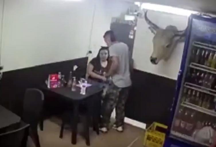 Le disparan a mujer durante robo