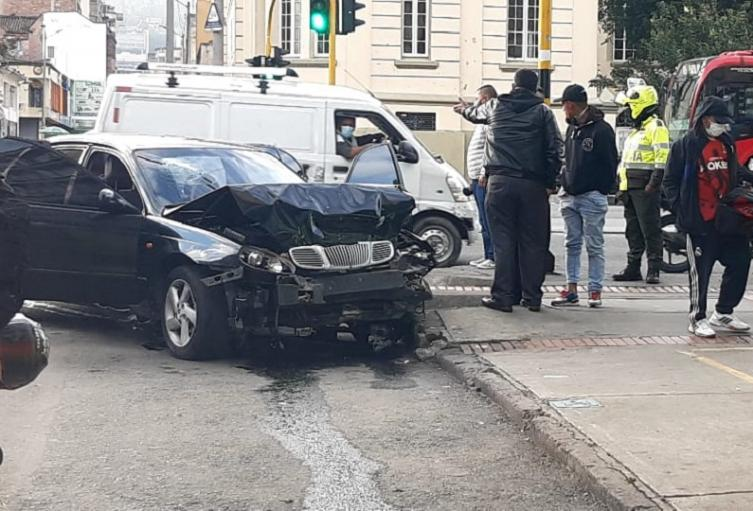 Conductor ebrio choca contra taxista