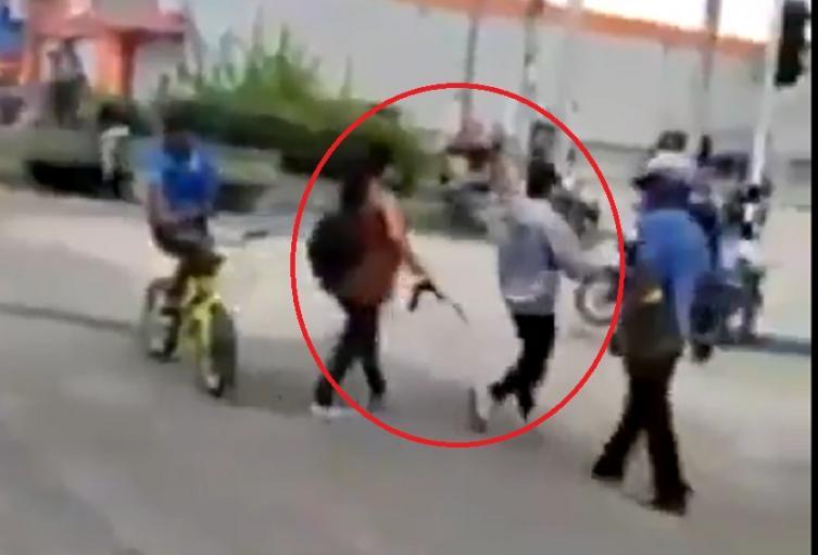 Mujer saca a su hijo de protestas a correazos