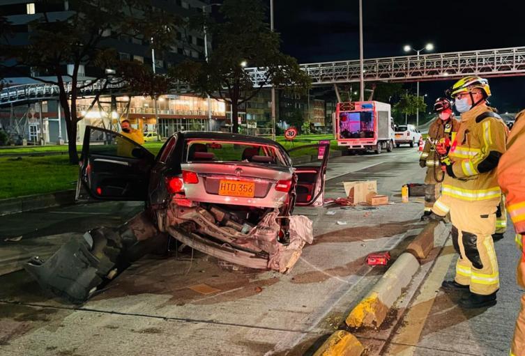 Cuatro personas casi se matan al chocar el carro contra puente en Bogotá