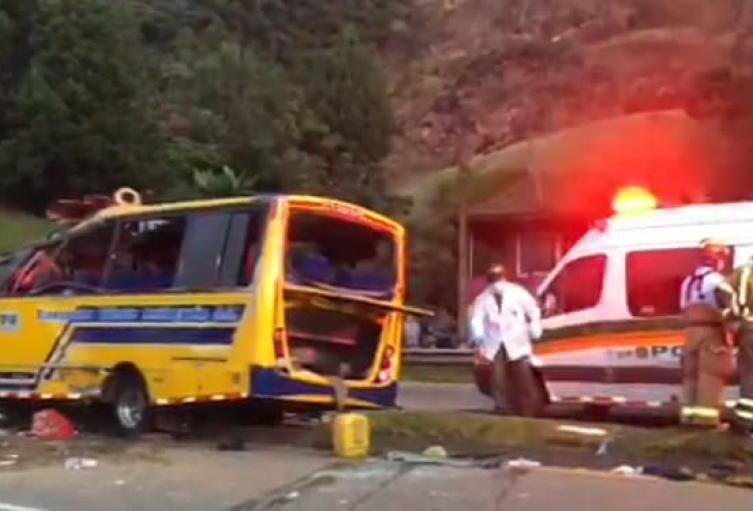 Tres personas muertas y al menos 16 heridas dejó grave accidente en la autopista Medellín – Bogotá