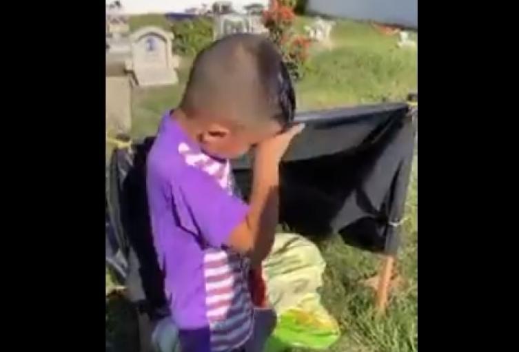 Niño vive en cementerio