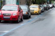 Auto estacionado en la calle