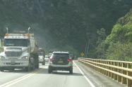 Transito de vehículos vía al Llano
