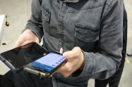 Una persona usando celulares