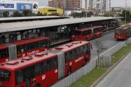 Transmilenio portales para pasajeros y contaminación de buses. Imagen de referencia.