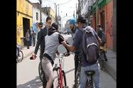 Periodista es agredido por ciclista