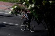 Un ciclista transitando en la ciudad de Bogotá