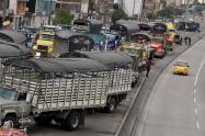 Camiones bloquean una avenida principal en Bogotá, durante una huelga.