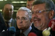 El exsenador Álvaro Uribe Vélez (c) y su abogado Jaime Granados (d).