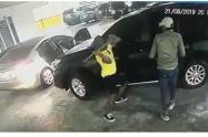 El cinematográfico asalto a un vehículo en Bogotá fue grabado por una cámara de seguridad.