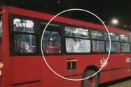 Lanzan piedra a bus de Transmilenio