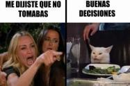 Meme de la mujer gritando y el gato en la mesa