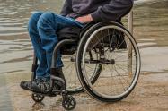 El ciudadano Sergio Ocampo Izquierdo, tiene limitaciones para su movilidad y utiliza una silla especial para su servicio.