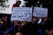 Estudiantes protestando al frente de la Universidad Distrital Francisco José de Caldas, en Bogotá