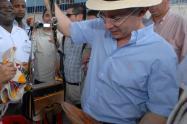 Álvaro Uribe Vélez con un carriel