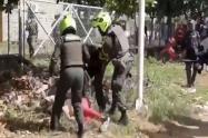 A punta bolillo y pata policías cascaron a una mujer