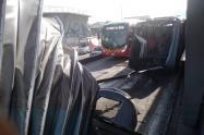 Fuelle de bus de Transmilenio se desprende