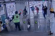 Polémica por despido de guardia que se jugó la vida por defender estación de transmilenio