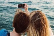 Amigas tomándose una selfie