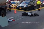 Muere arrollada motera