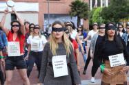 """Mujeres periodista se unieron al performance """"Un violador en tu camino"""", en Bogotá"""