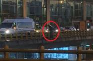 Hombre cae desde puente