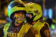 Policías colombianos se protegen con tapabocas del coronavirus.Policías colombianos se protegen con tapabocas del coronavirus.