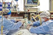 Médicos atienden pacientes con coronavirus