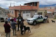 Policía en Bogotá llevando comida a perros y gatos.